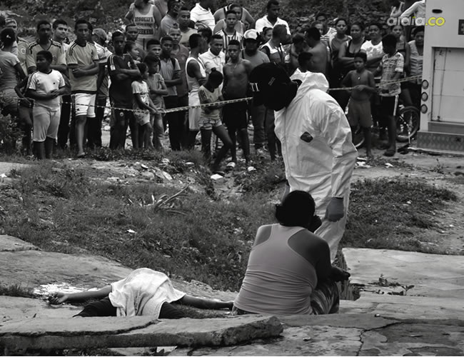 Levantamiento del cadáver de Dayana Mejía Vivanco, asesinada por un sujeto en la calle del barrio Villate | Al Día