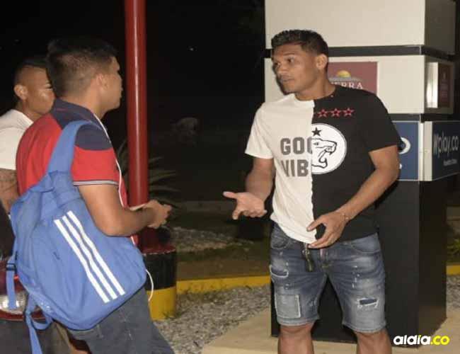 Teófilo Gutiérrez dialoga con el periodista Sigilfredo Franco, al término de las prácticas del equipo Tiburón.