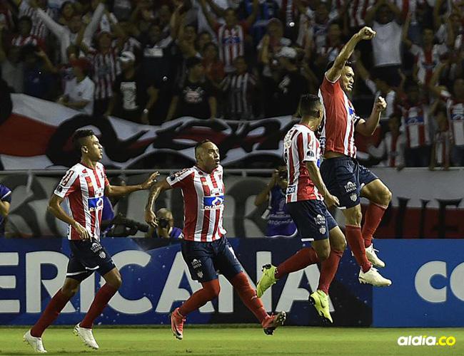 Teófilo Gutiérrez lidera la celebración de su gol ante Santa Fe. Ese tanto bastó para vencer al cuadro bogotano. Luego lo expulsaron.