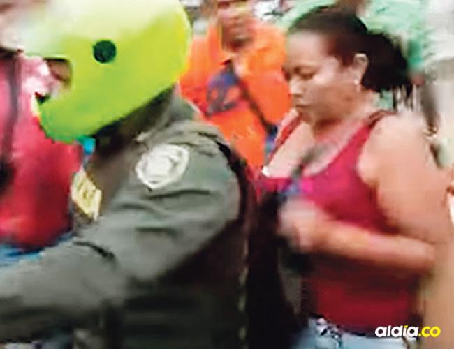La mujer fue subida en la motocicleta de la Policía y conducida a la Uri de la Fiscalía Seccional donde fue judicializada |  Captura de pantalla