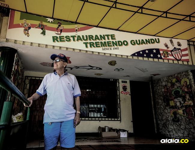 Isnardo Pinilla frente al restaurante que inauguró en 1982, Tremendo Guandú | Orlando Amador