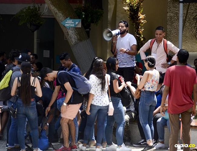 Grupo de estudiantes protestó ayer en la plazoleta principal de la Uniautónoma. | Al Día