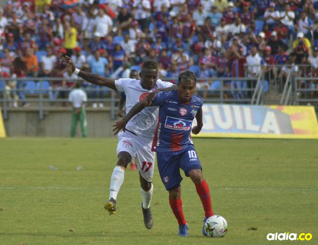 El capitán del Ciclón Bananero, David Ferreira, en un lance del partido ante el exunionista Jhonier Viveros.