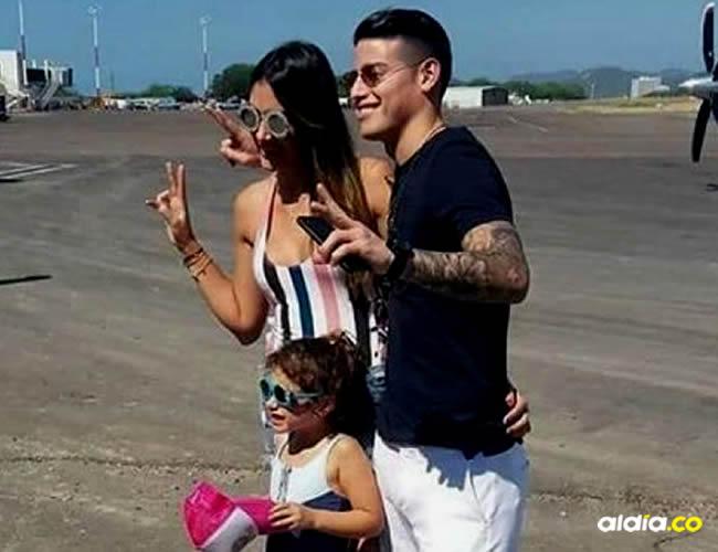 Acompañado de Daniela Ospina (de quien separó hace unos meses) y su hija Salomé, el 10 de la selección Colombia llegó a la 'Perla de América' el sábado por la tarde | Cortesía El Heraldo