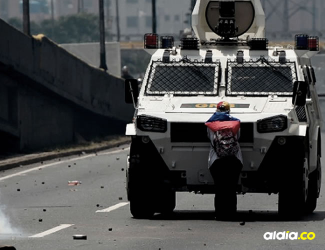 La mujer hizo retroceder a la tanqueta anti disturbios del gobierno venezolano | Juan Barreto, AFP