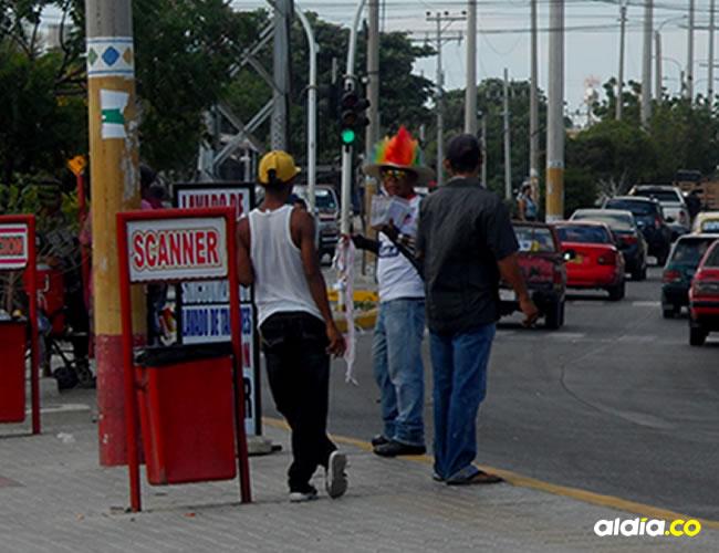 En este semáforo a un lado del almacén Metro se han presentado peleas de venezolanos.| Al Día