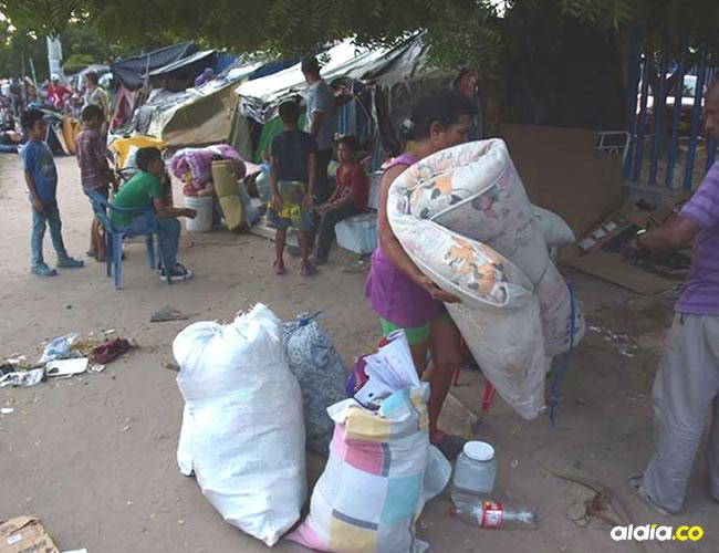 Una mujer venezolana recoge sus enseres.   Al Día