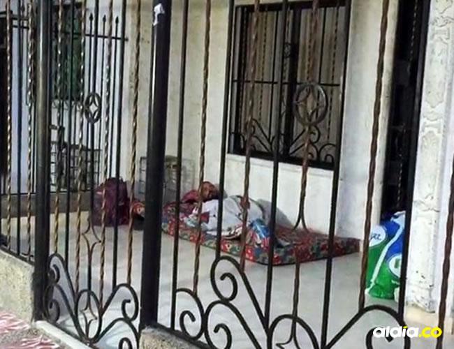 Venezolanos durmiendo en una terraza. | Al Día