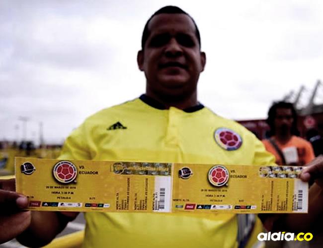 Un hincha con su boleta para el partido de Colombia | Archivo EL HERALDO
