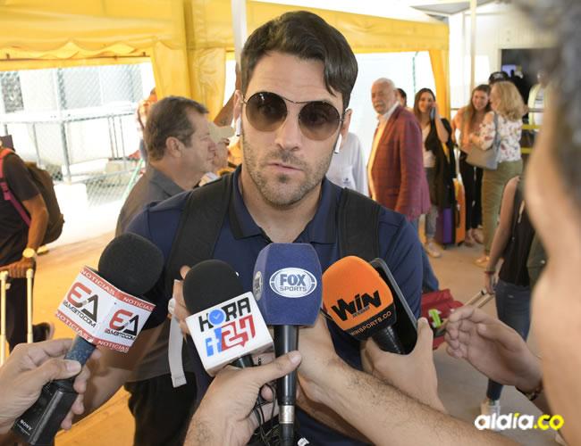 Sebastián Viera habla con los medios ayer en su llegada junto a sus compañeros en el aeropuerto Ernesto Cortissoz. Le esperan dos partidos de suspensión.