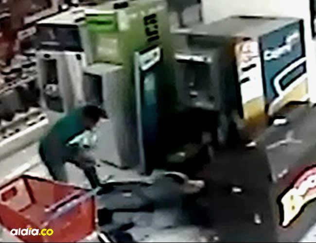 Los delincuentes les arrebataron dos bolsas llenas de billetes y una de las armas de dotación a los agentes de Brinks   José Luis Cruz Lora