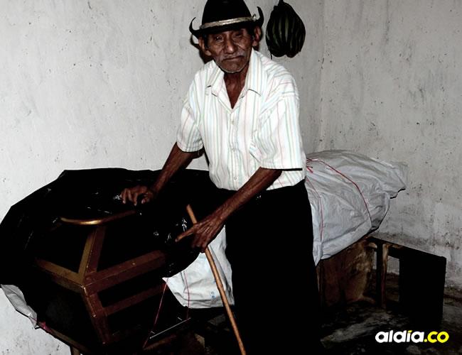Con el ataúd cubierto de bolsas y sacos, Juan Cáceres protege al que sería su compañero, después de la muerte | Néstor De Ávila
