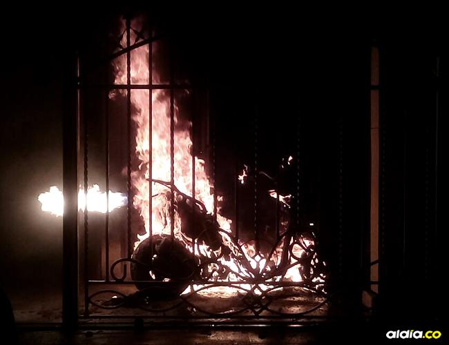 Las llamas consumieron una moto Yamaha estacionada en la terraza | ALDÍA