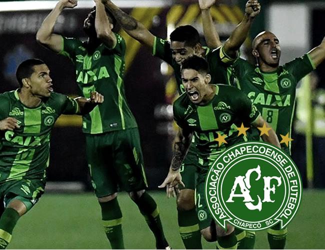 Los jugadores del elenco brasileño celebrando la clasifi cación a cuartos de fi nal tras eliminar a Independiente | Archivo