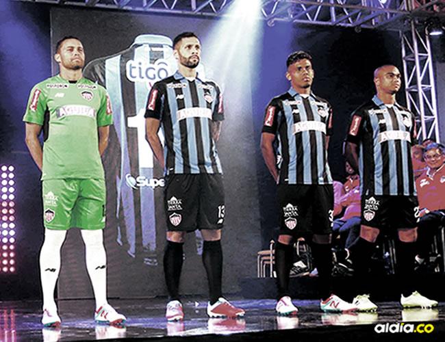 La nueva camisa de visitante del equipo Tiburón es la gran novedad | Jesús Rico