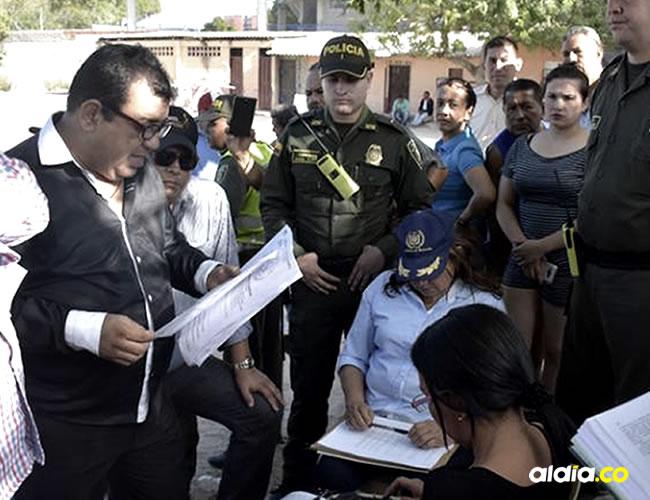 Ricardo Cantillo, inspector general de Policía de la Alcaldía Distrital, notificó la diligencia de entrega del lote | Giovanny Escudero