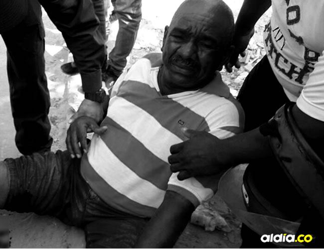 Jorge Enrique Suárez García, de 62 años, caminaba por la parte trasera del colegio Metropolitano de Barranquilla, cuando fue herido por una bala perdida en la pierna derecha.