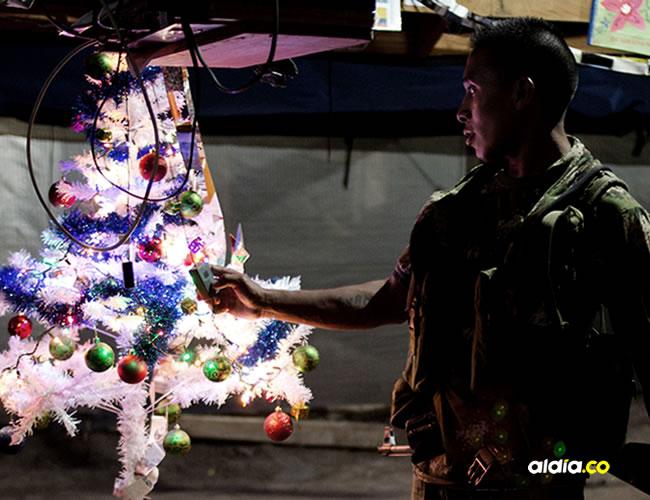 Guerrilleros del Frente 59 de las FARC, mientras se preparan para celebrar el fin de año en su campamento en las estimaciones de la Serranía del Perijá al norte de Colombia   EFE - RICARDO MALDONADO ROZO