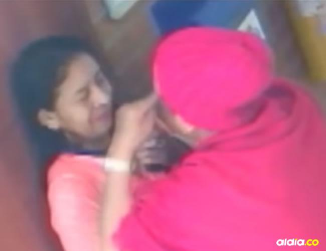 Se puede ver a la mujer de tercera edad agrediendo física y verbalmente a los residentes | Captura