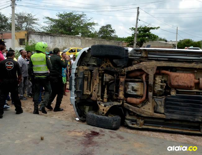 Los que se quedaron en el sitio del accidente empezaron a lanzar pequeñas piedras y luego todo tipo de elemento contundente contra el automotor | Héctor Palacio