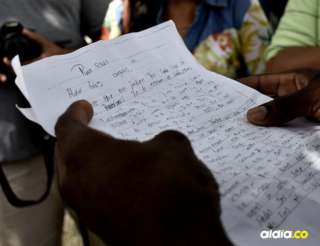 Uno de los familiares de la menor leía las cartas que le había escrito la menor a su novio | Cortesía