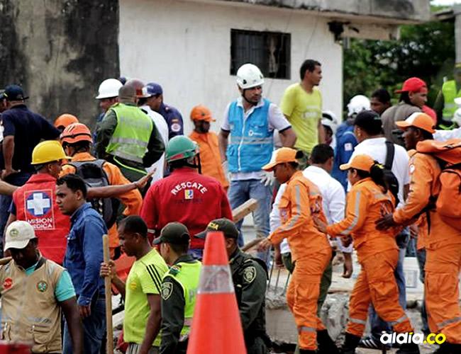 rupos de socorro atienden la emergencia que se registró en el barrio Blas de Lezo, en Cartegena   Lorena Henríquez
