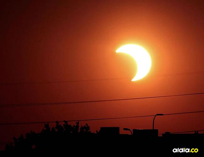 La forma más segura de observar un eclipse de sol es por vía indirecta | Ilustrativa