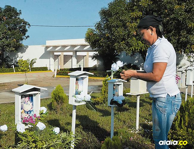 Los dolientes aprovecharon para cambiarles las flores a los pequeños fallecidos hace 3 años | José Puente Sobrino