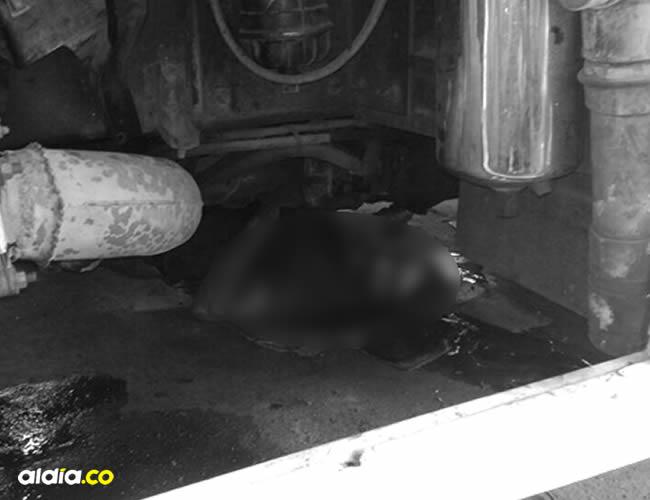 Nilson Charris decidió acomodarse debajo del vehículo al que le estaba haciendo arreglos | Cortesía
