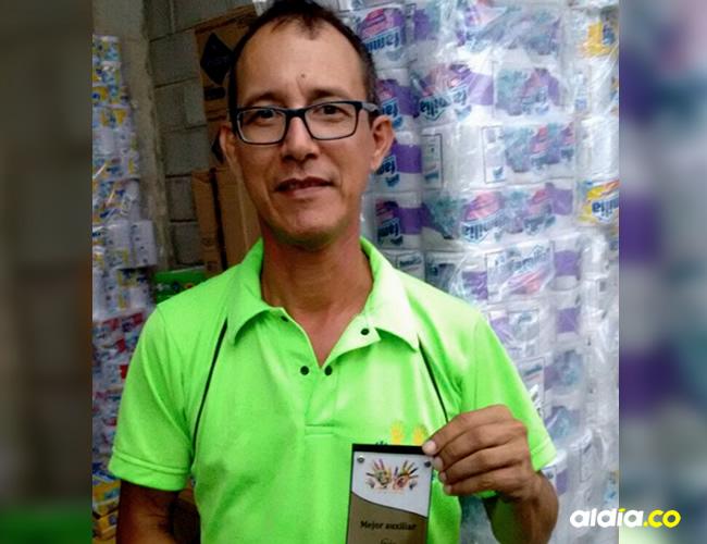 Luis Ricardo Rozo, de 53 años, recientemente fue galardonado en su empresa como mejor auxiliar del mes | Cortesía