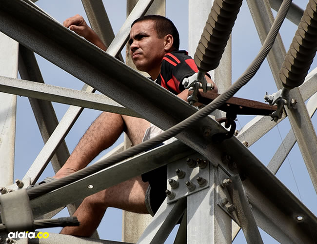 Se trepó en una torre de alto voltaje, amenazó con tocar los cables de alta tensión y electrocutarse | ALDÍA