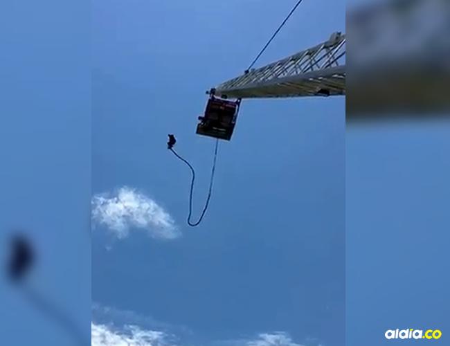 El hombre se lanza desde la estructura metálica y segundos después una de las dos líneas que lo sostenía se reventó | Captura
