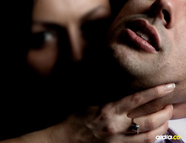 Las mujeres lo forzaron a tomar una bebida energizante para violarlo numerosas veces al día | Ilustrativa