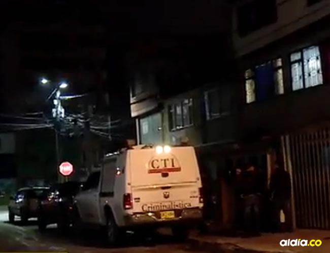 El agresor abandonó el cuerpo en las escaleras del segundo piso del inmueble | Captura Noticias Caracol