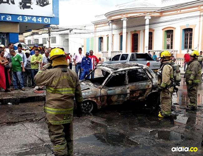 Solo iba un hombre que alcanzó a salir antes de que las llamas consumieran por completo al vehículo | Hansel Vásquez