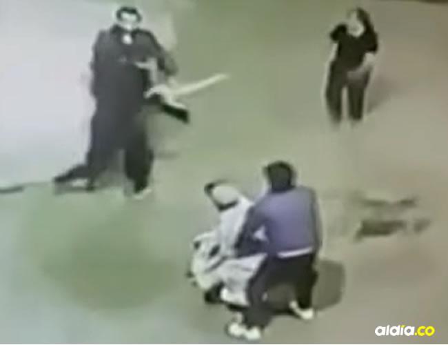 La mujer logró dar con las grabaciones en la que aparece un grupo de jóvenes golpeando con palos | ALDÍA
