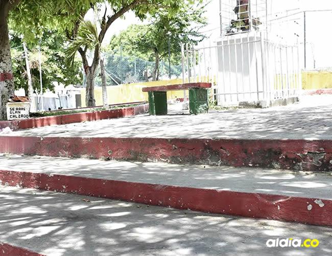 Marlon llegó hasta el punto de encuentro, se bajó de su moto y decidió sentarse en uno de los escalones del parque | Lorena Henríquez
