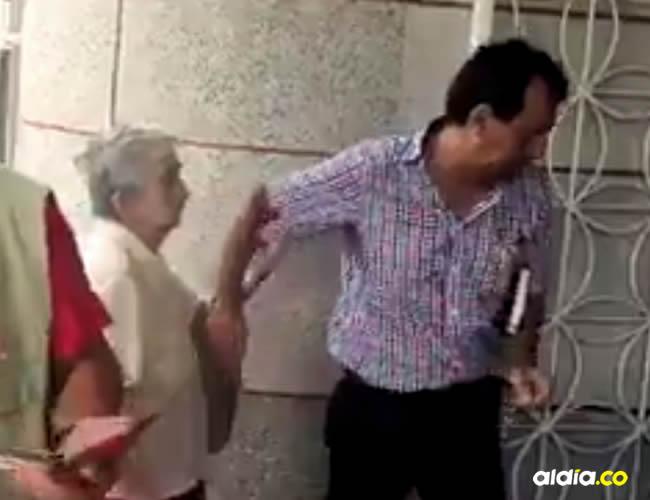 Los denunciantes y testigos de los hechos afirman que la Policía no defendió a la mujer, por el contrario, protegieron al personero | Captura