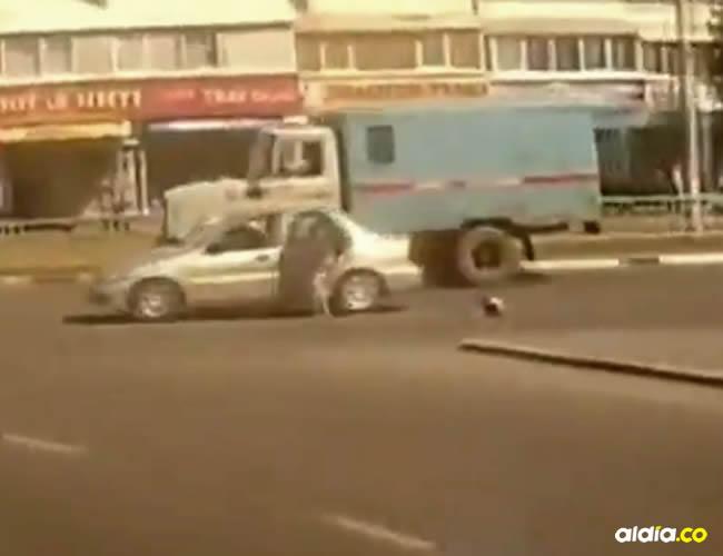 El conductor frena en seco y la madre se baja del vehículo para ayudar al niño | Captura