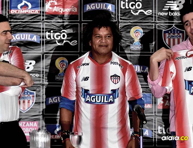 El entrenador samario Alberto Gamero se puso la camiseta de Junior y firmó un contrato por un año.