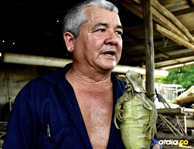 César divide su tiempo entre su trabajo, las labores diarias y el cuidado de las iguanas | Javier García Salcedo