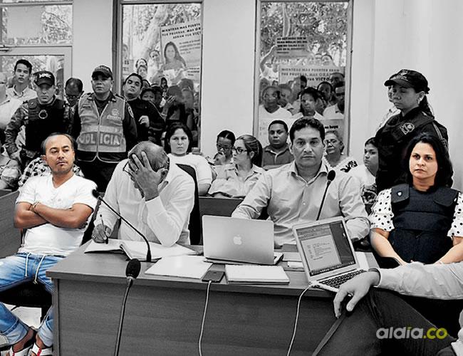 En primera fila del estrado aparecen Dayana Jassir De la Hoz (derecha), su abogado, el defensor de alias 'Ñeco', 'Ñeco' y los dos fiscales a cargo del caso. | Luis Rodríguez