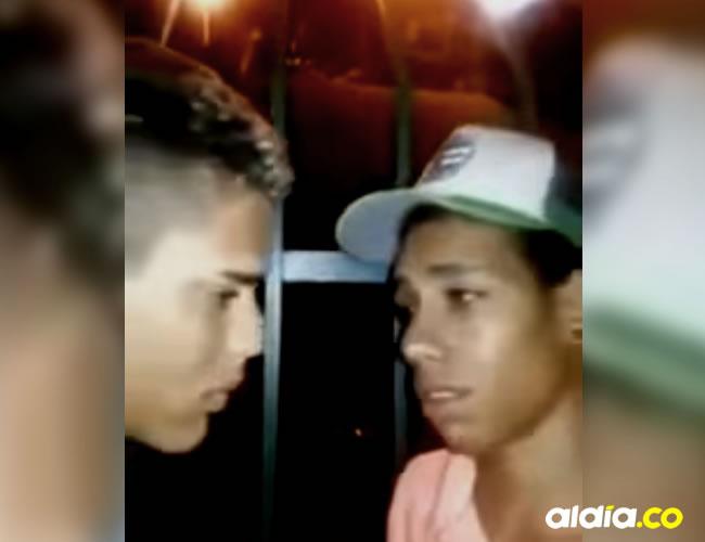 Los dos jóvenes fueron obligado a besarse como castigo por colarse | Captura de pantalla