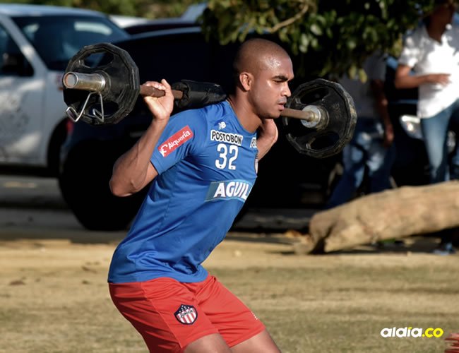 Lewis Ochoa, lateral derecho, entrena con el equipo Tiburón | El Heraldo