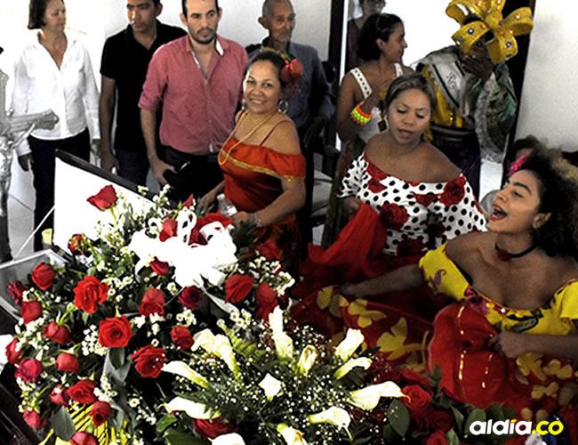 La danza Son de Pajarito bailó al rededor del féretro de Manuel Martínez | Christian Mercado
