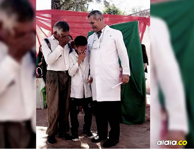 Efraín junto a su abuelo y maestro recibe el diploma que le permite pasar de año | Roly Alvarez