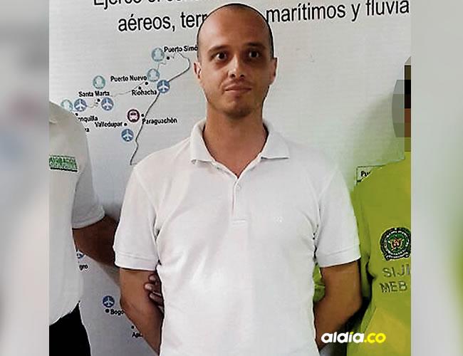 Giuseppe De Lorenzo, entre oficiales de Migración y Policía   Cortesía