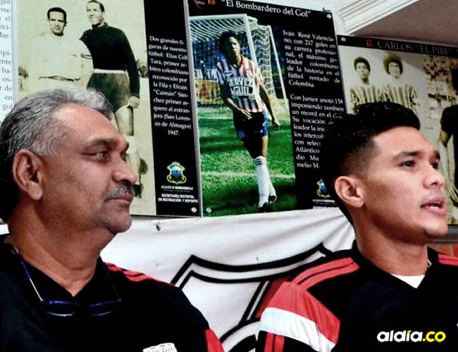 Teófilo Gutiérrez Roncancio y su padre Teófilo Gutiérrez Castro, quien confirmó la llegada del delantero barranquillero al Junior.Archivo