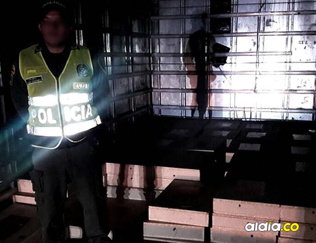 Un miembro de la Policía Nacional custodia las 101 cajas con monedas de 500 pesos   Cortesía