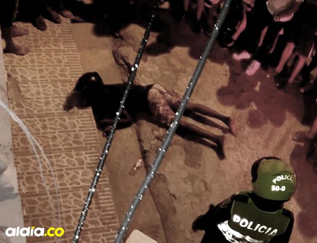 nte los ojos de varios de los curiosos quedó tendido en la calle el cuerpo del joven Joyber Teherán quien fue ultimado con la misma arma con la que llegó a robar en una fiesta | Cortesía